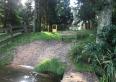 Widok z pomostu na ogrodzoną działkę z domkiem