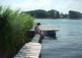 Pomost nad jeziorem, cichy brzeg wyłącznie dla naszych gości