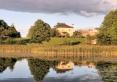 widok z jeziora na dom