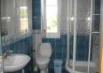 toaleta wspólna dla dwóch pokoi