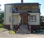 wejście dla turystów znajduje się z prawej strony domu