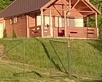 domek z bala nad jeziorem